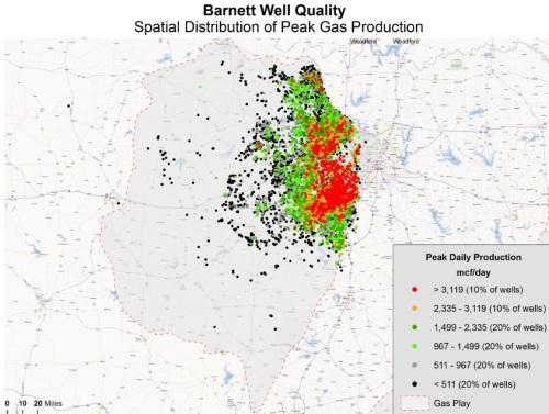 """Ripartizione delle perforazioni nel giacimento texano di Barnett. I pozzi più produttivi, rappresentati dai puntini rossi, ricoprono le zone geologiche più ricche, gli """"sweet spots"""". Fonte: J. David Hugues"""