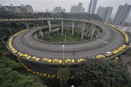 Taxi che aspettano per fare il pieno a Chongqing nel 2009. Immagine Reuters